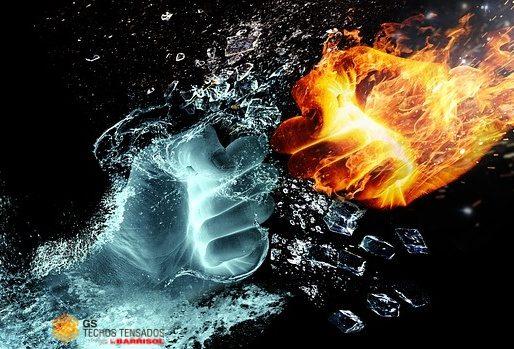 Dos manos de agua y fuego chocando, valores fuertes de las Telas Tensadas Barrisol